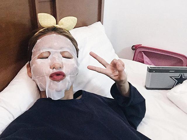 Khả Ngân cũng không quên làm đẹp với mặt nạKhả Ngân cũng không quên làm đẹp với mặt nạ